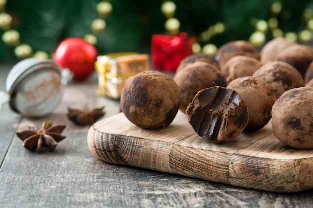 Heerlijke chocoladetruffels met cacao bestrooid op houten tafel