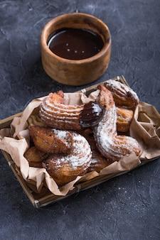 Heerlijke churros sticks gefrituurd en bestrooid met poedersuiker