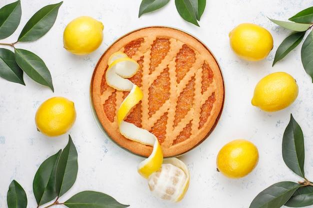 Heerlijke citroentaart met verse citroenen op licht