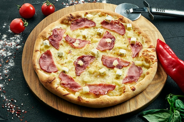 Heerlijke close-up op pittige gesneden pizza met salami, ui en chili. traditionele italiaanse keuken.