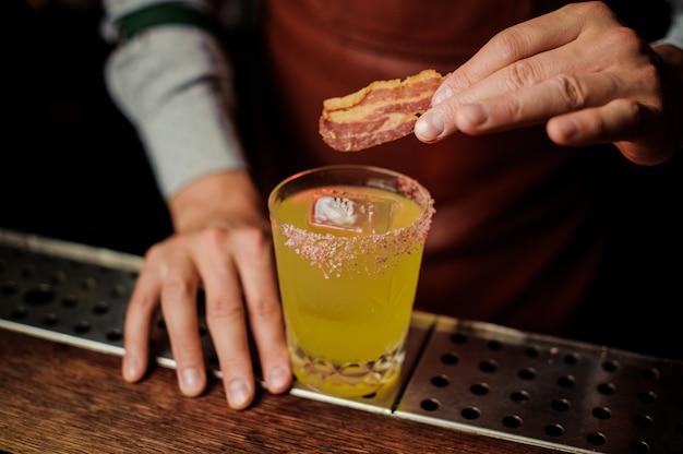 Heerlijke cocktail met spek en zout