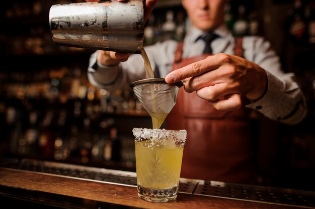 Heerlijke cocktail op basis van tequila met spek en zout close-up