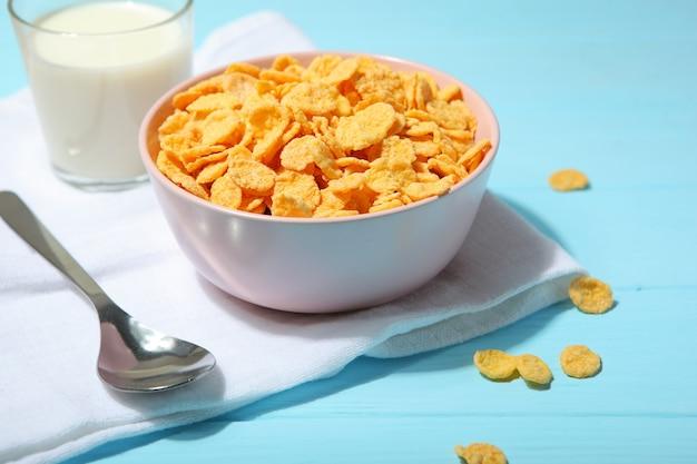 Heerlijke cornflakes in een bord op tafel