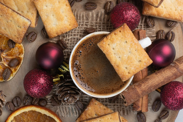 Heerlijke crackers en kopje koffie op houten plaat. hoge kwaliteit foto