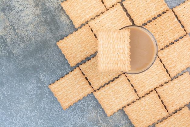 Heerlijke crackers met kopje koffie op marmeren achtergrond. hoge kwaliteit foto