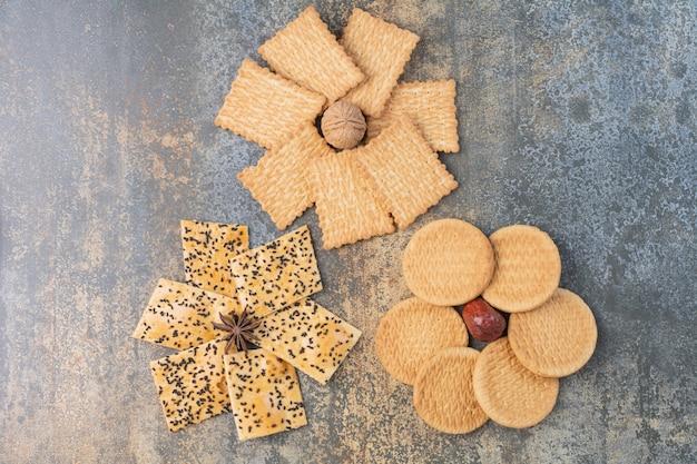 Heerlijke crackers met noot en steranijs op marmeren achtergrond. hoge kwaliteit foto