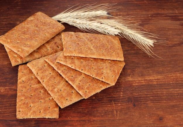 Heerlijke crackers met spikes op houten tafel