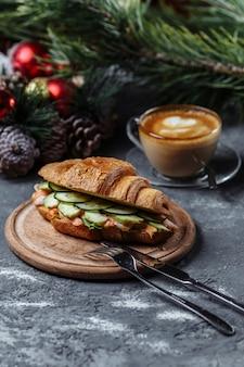 Heerlijke croissant met garnalen en komkommer