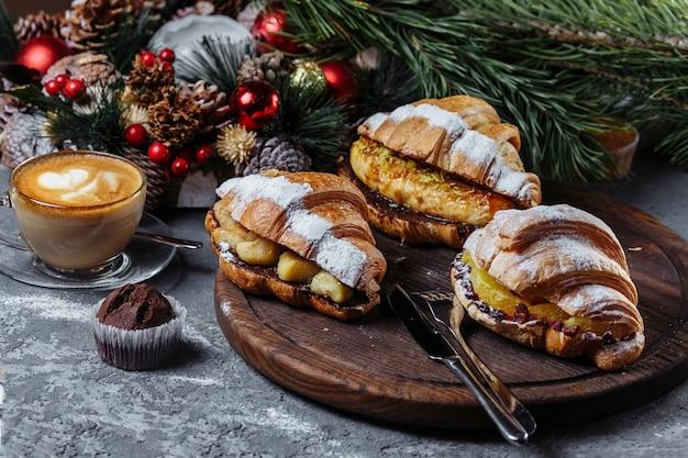 Heerlijke croissant met gekarameliseerde banaan