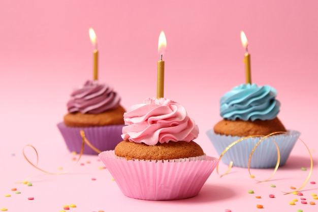 Heerlijke cupcake met een kaars op een gekleurde achtergrond met ruimte om tekst in te voegen. feestelijke achtergrond, verjaardag. hoge kwaliteit foto