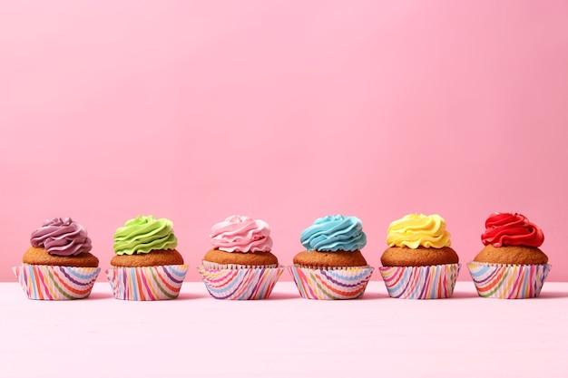 Heerlijke cupcake met een kaars op een gekleurde achtergrond met ruimte voor tekst