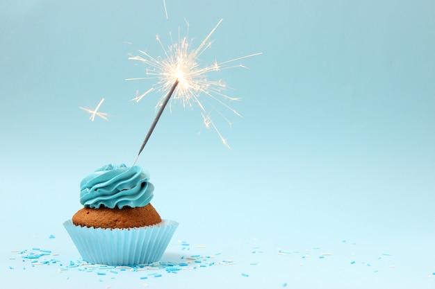 Heerlijke cupcake met een kaars op een gekleurde achtergrond
