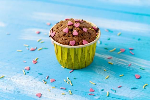 Heerlijke cupcake met hartvormige zoetwaren