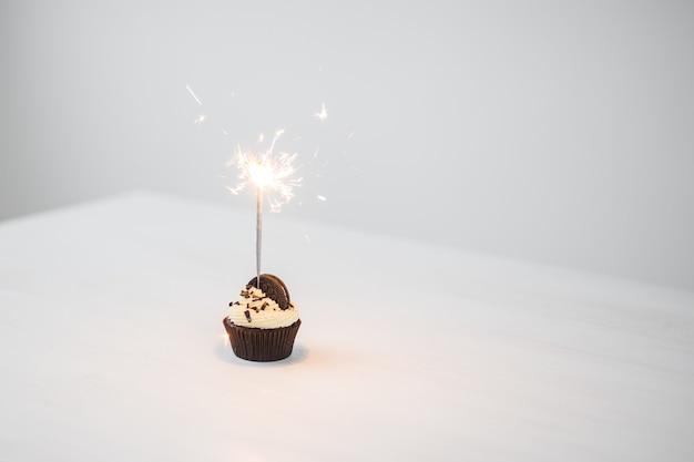 Heerlijke cupcake met sterretje op witte tafel