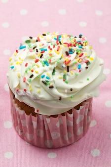 Heerlijke cupcake op roze tafel