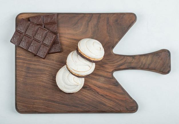 Heerlijke cupcakes met chocoladerepen op een houten bord.