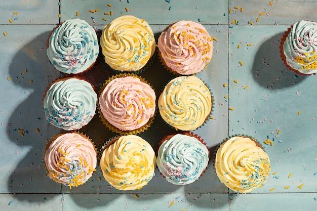 Heerlijke cupcakes met glazuur bovenaanzicht