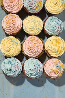 Heerlijke cupcakes met glazuur plat gelegd