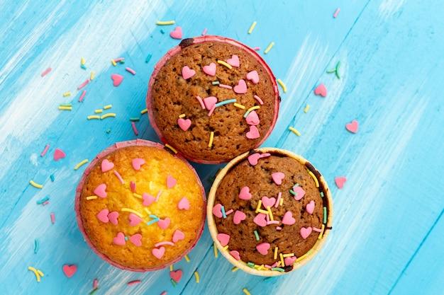 Heerlijke cupcakes met hartvormige zoetwaren