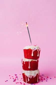 Heerlijke cupcakes op tafel voor verjaardagsfeestje