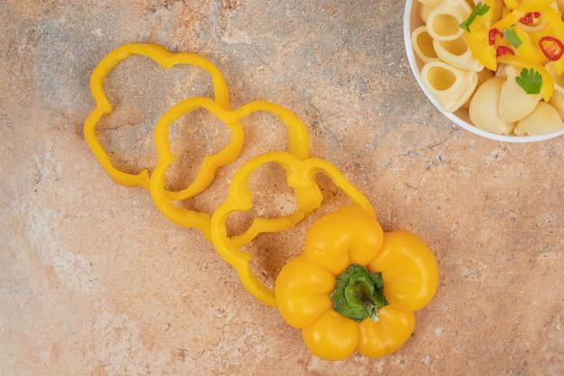 Heerlijke deegwaren en peperplakken op oranje achtergrond