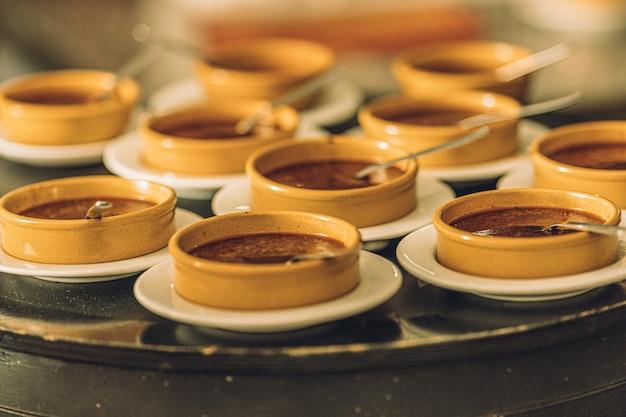 Heerlijke desserts klaar om in het restaurant aan de klanten te worden geserveerd.