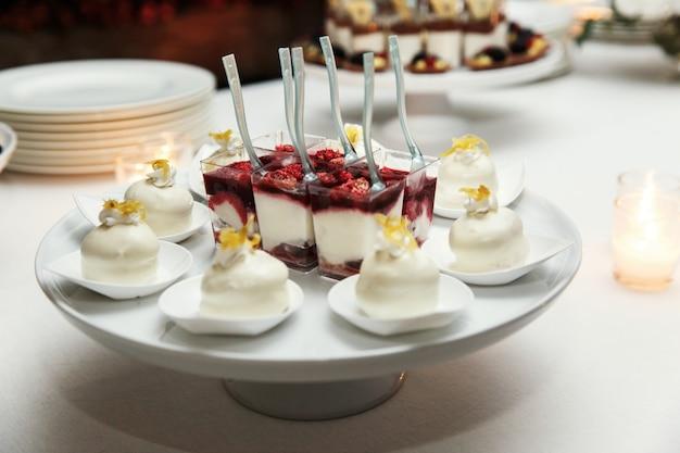 Heerlijke desserts met witte chocolade geserveerd op het gerecht