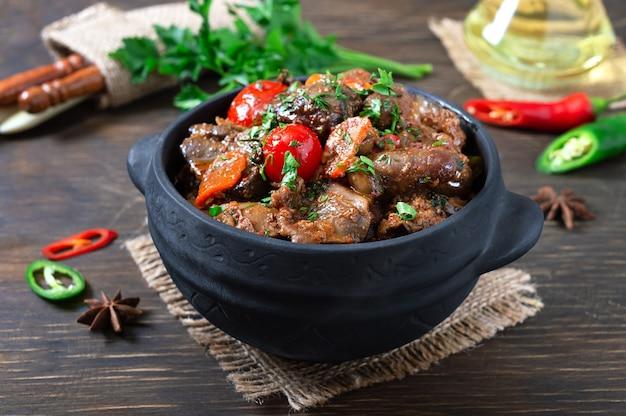 Heerlijke dieetlever geroosterd met kerstomaatjes. gebraden maaltijd in een pot.