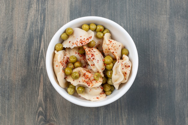 Heerlijke dumplings met erwten en rode peper