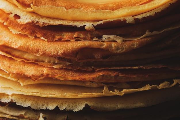 Heerlijke dunne pannenkoeken op hele achtergrond, close-up