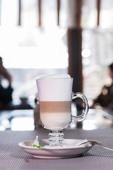Heerlijke en aromatische koffie latte op tafel in de cafetaria