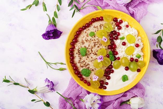 Heerlijke en gezonde havermout met druiven, yoghurt en kwark. gezond ontbijt.