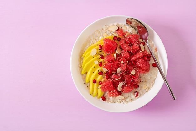 Heerlijke en gezonde havermout met grapefruit, granaatappel, amandel en chiazaden.