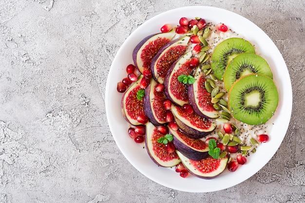 Heerlijke en gezonde havermout met vijgen, kiwi en granaatappel.