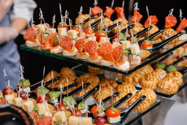 Heerlijke en heerlijke canapés close-up bij de receptie. smorgasbord