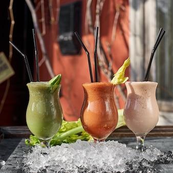 Heerlijke en klassieke cocktail van selderij gegarneerd met stengel bleekselderij. profiteer van drinken. voeding voor de gezondheid. gezond eten concept.