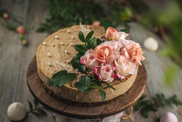 Heerlijke en mooie rauwe cake versierd met tederheid verse bloemen