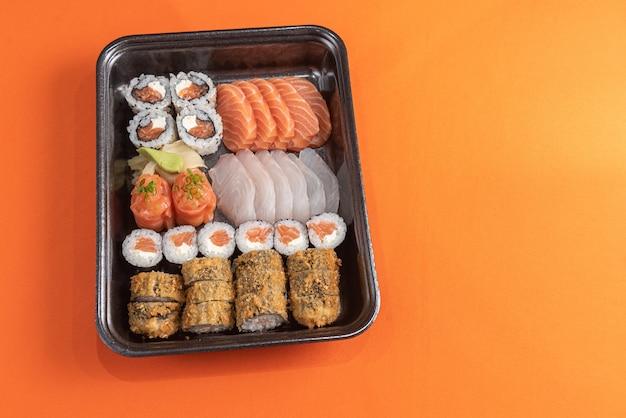 Heerlijke en mooie sushi op de oranje tafel