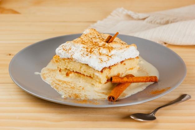 Heerlijke en sappige cake met drie melk en een beetje kaneel, typisch latijns-amerikaans dessert