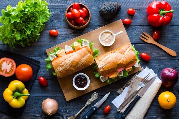 Heerlijke en smakelijke broodjes met kalkoen, ham, kaas, tomaten