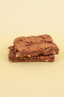 Heerlijke en smakelijke chocoladekoekjes op bruine achtergrond