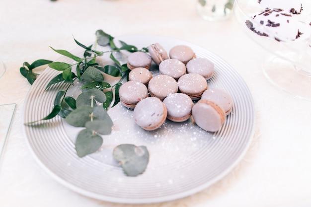 Heerlijke en smakelijke dessert tafel met macarons op receptie close-up