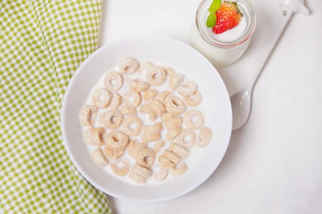 Heerlijke en voedzame graanlussen in een kom met melk voor een gezond ontbijt voor kinderen