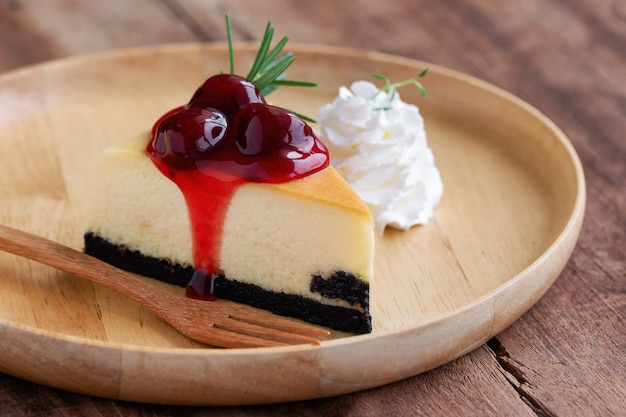 Heerlijke en zoete aardbei cheesecake van new york op houten plaat geserveerd