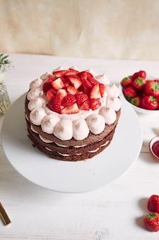 Heerlijke en zoete cake met aardbeien en basier op een bord