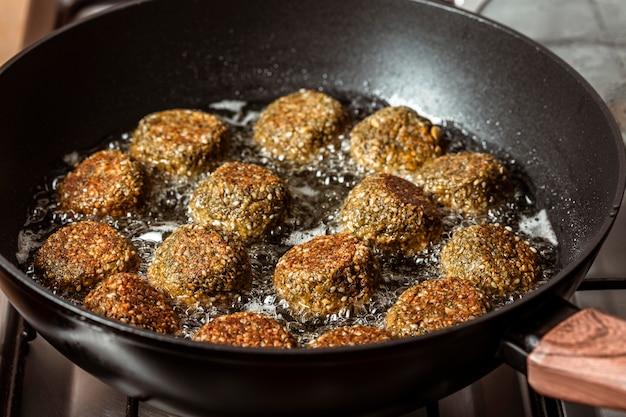 Heerlijke falafel frituren in pan hoge hoek