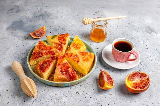 Heerlijke franse dessert scherpe tatin met bloedsinaasappel
