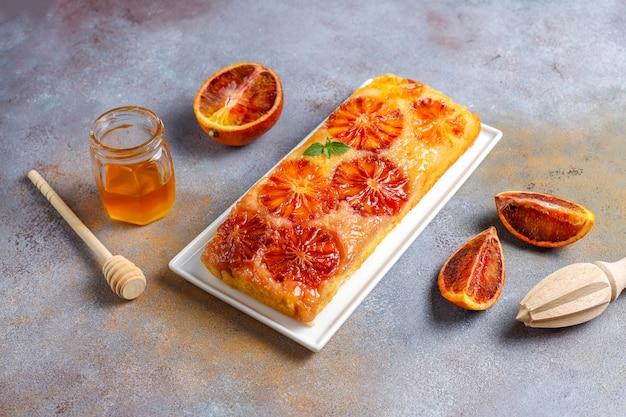 Heerlijke franse dessert scherpe tatin met bloedsinaasappel.