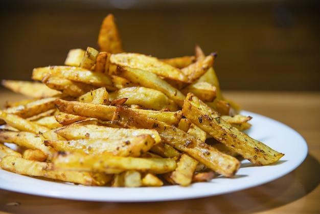 Heerlijke franse gefrituurde aardappelmix met koud poeder op houten tafel