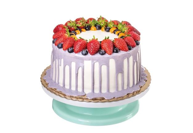 Heerlijke fruitcake gemaakt met aardbeien en bessen. op verjaardag.